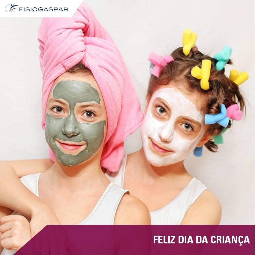 Crianças a cuidar da pele no dia da criança