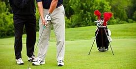 homem a jogar golf
