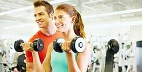 exercitar no ginásio com acompanhamento de um profissional