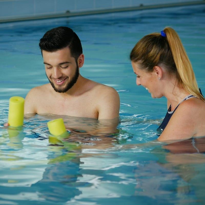 homem na hidroterapia