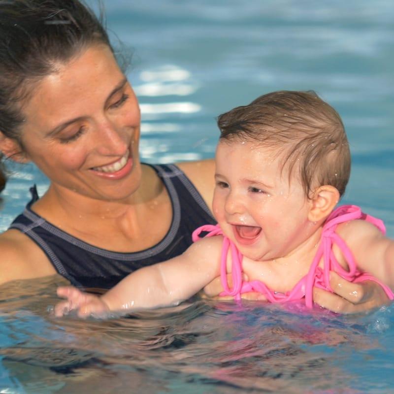 profissional com bebé na piscina