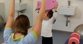 mulher criança fisioterapia