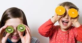 crianças fruta